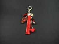 Un bijou de sac rouge et chocolat avec ruban et gourmandise