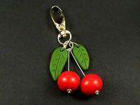 Bijou de sac artisanal cerises rouges et feuilles