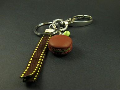 Porte-clés décoré d'un macaron choco-pistache